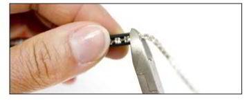 Überschüssige Kristallkette mit einer Zange abschneiden.